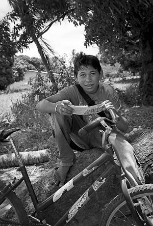 Boy reading a tract. Patacas, Aquiraz - CE, Brazil. 2006.